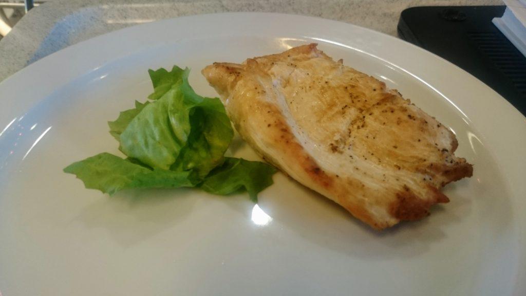 Mageres Fleisch mit Salat in der Diät auf dem Teller