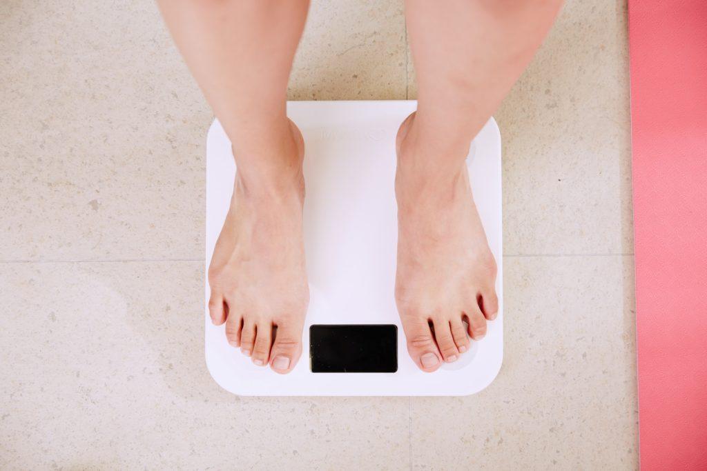 """waage warum keine abnahme 1024x683 - """"Warum nehme ich nicht ab?"""": Kein Gewichtsverlust trotz Sport, Diät & Kaloriendefizit"""