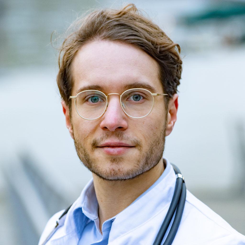 Dr. Dominik Dotzauer schräg 1024x1024 - Über mich und wie es zu DrDotzauer.de kam