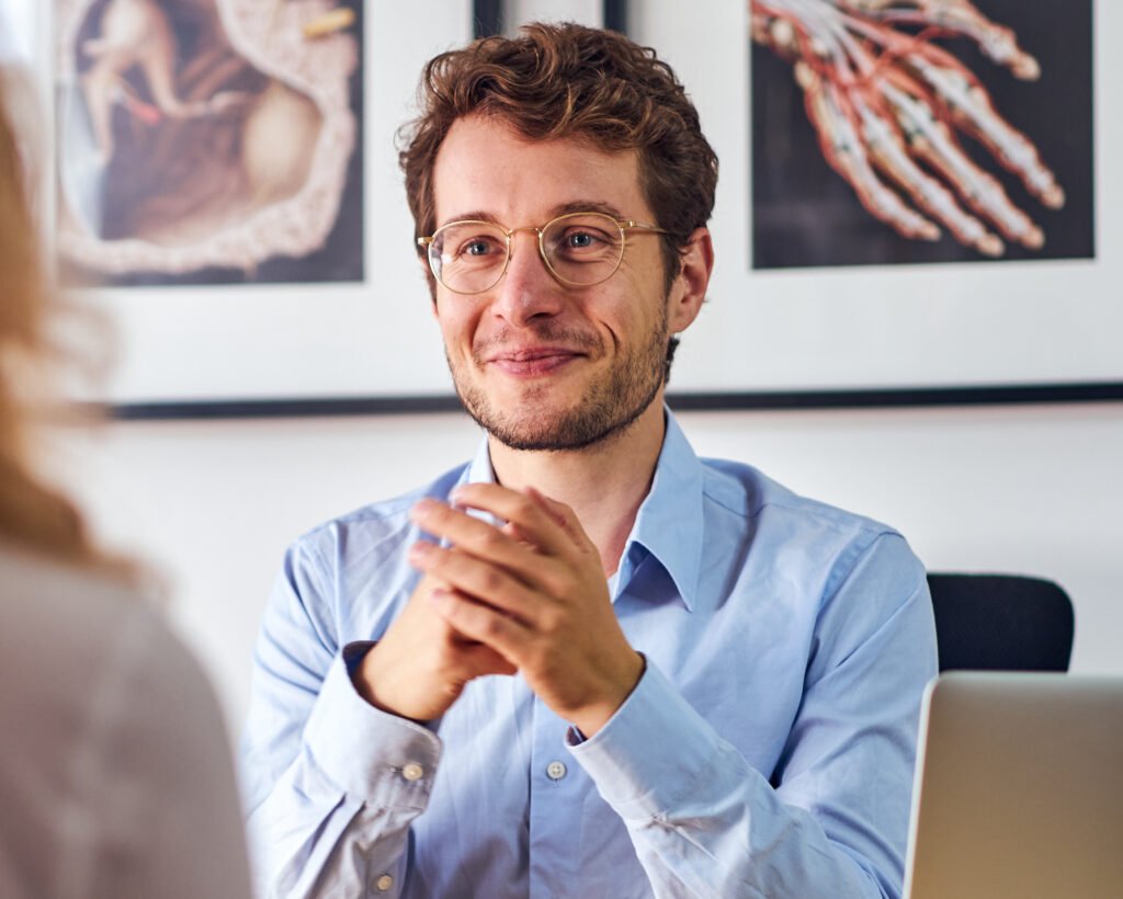dr dominik dotzauer lachelnd 1024x820 - Erfahrungen und Bewertungen von Klienten, Lesern & Programmteilnehmern